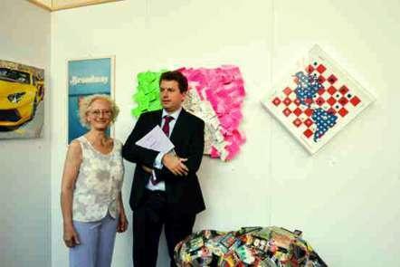 """Il prof Daniele Radini Tedeschi, direttore della Triennale, con Aurora Mazzoldi, davanti al quadro di quest'ultima """"italia cerca lavoro"""""""