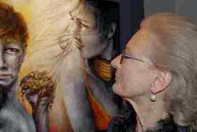 """Foto di Aurora Mazzoldi con il suo quadro """"Complicità"""" (Trento, Palazzo Thun, 2010)"""
