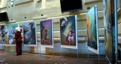 Aurora Mazzoldi sistema i quadri per la sua mostra personale alla Facoltà di Psicologia dell'Università di Trento