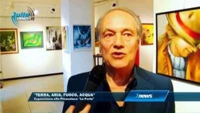 """L'Ing. Corduas (Direttore di Napoli Nostra) inaugura la mostra. A destra il quadro """"Pudore"""" di Aurora Mazzoldi (fotogramma di video Julienews)"""